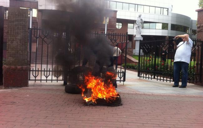 В Києві під Апеляційним судом запалили шини з вимогою розслідувати справи Майдану