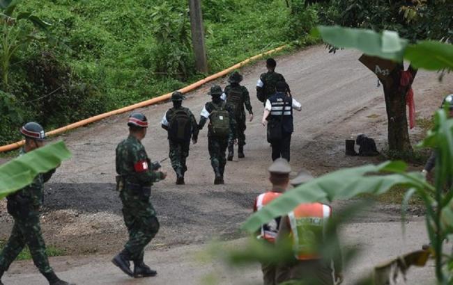 Операцію з порятунку дітей з печери в Таїланді припинено на 10 годин