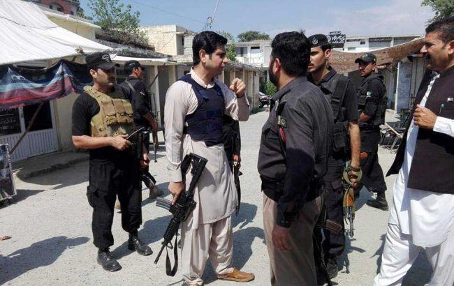 Шесть человек погибли в итоге взрывов уздания суда вПакистане