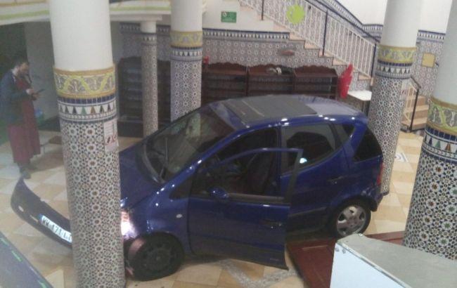Во Франции неизвестный протаранил двери мечети