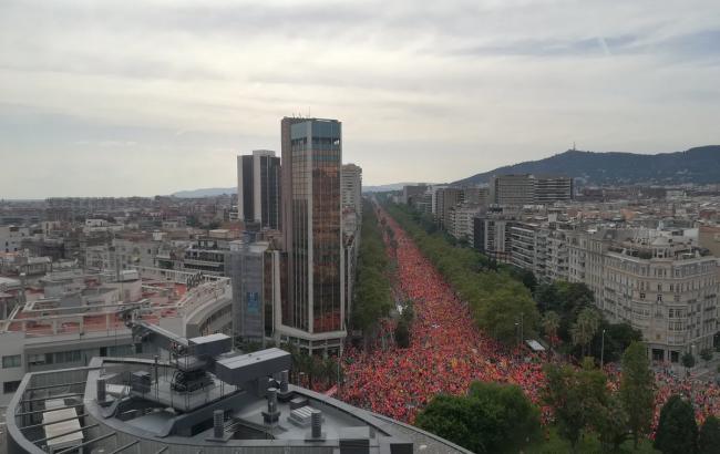 Фото: у Барселоні сотні тисяч каталонців вимагають незалежності від Іспанії (twitter.com/dfertl/status)