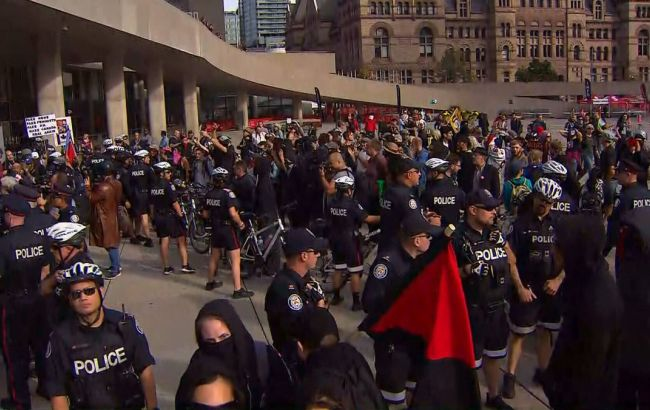 Фото: митинг в Торонто (twitter.com/CTVToronto)