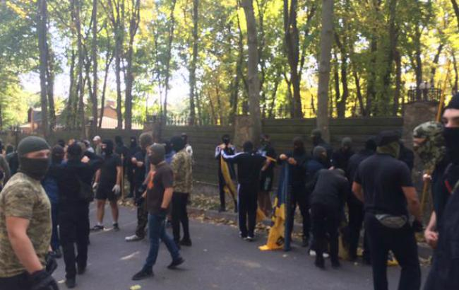 Фото: активисты собрались у дома Добкина