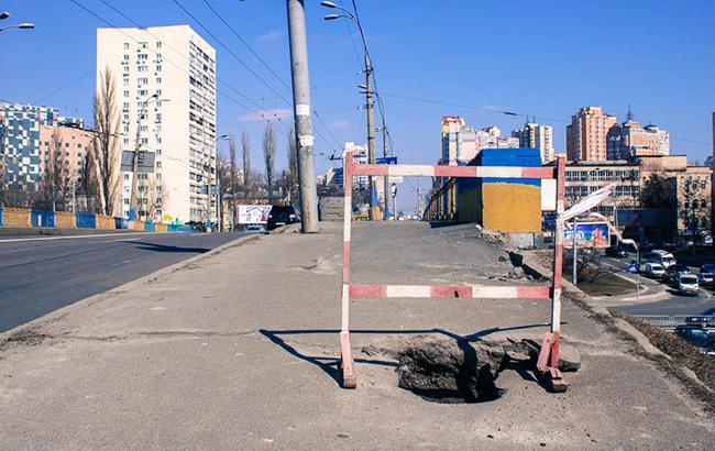 У Києві руйнується ще один міст (фото)