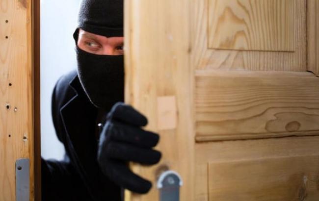 Фото: Вор открывает дверь квартиры (obozrevatel.com)