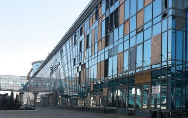 Фото: Універмаг з вибитими вікнами (twitter.com)