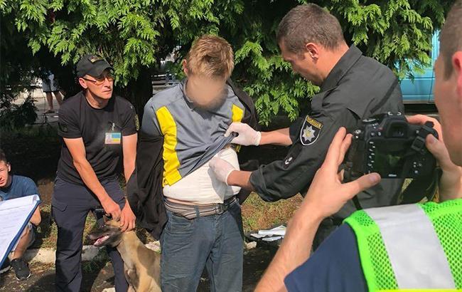 На кордоні зі Словаччиною в українця виявили 2,5 кілограми марихуани