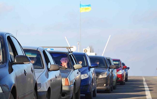 На границе Украины со странами ЕС образовались километровые очереди из авто