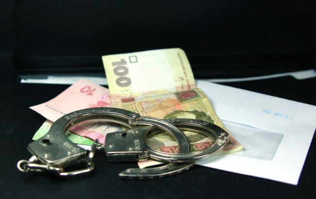 Фото: відразу після отримання хабара корупціонера затримали правоохоронці