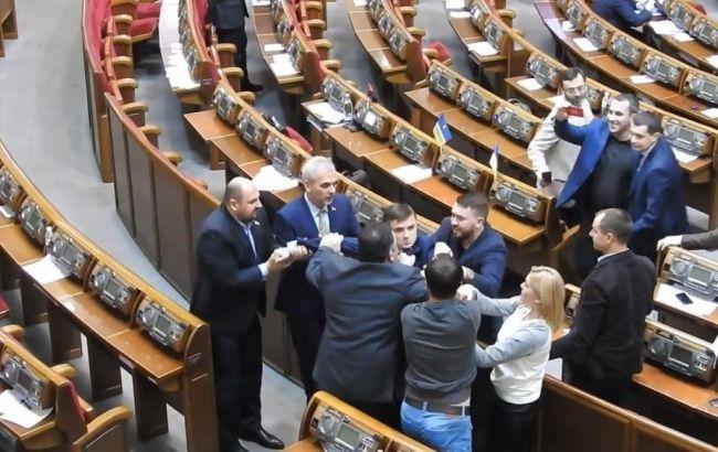 Фото: депутат від БПП і позафракційний влаштували бійку в Раді