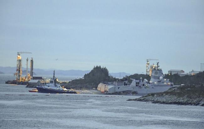 ВНорвегии спасают фрегат, который столкнулся станкером и практически  затонул