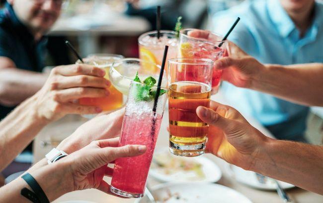 Алкоголь в жару: медики рассказали, почему летом это опасно