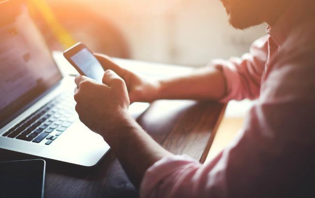 Фото: смартфони знижують концентрацію уваги під час роботи (businessnewsdaily.com)