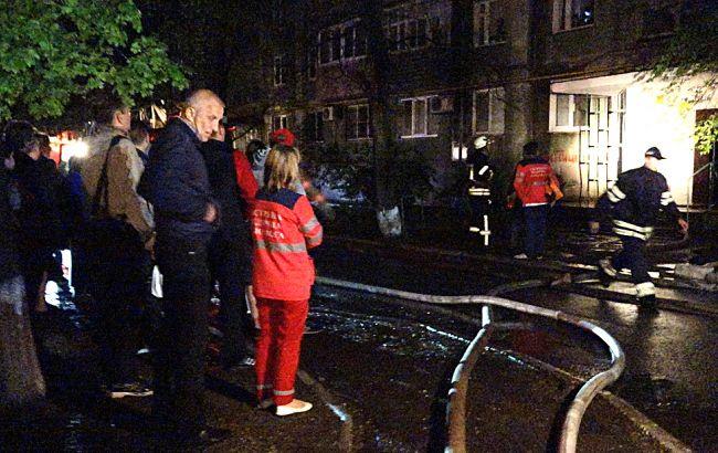 Фото: спасатели на месте пожара в Мариуполе