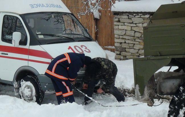 Фото: рятувальники ліквідовують наслідки негоди