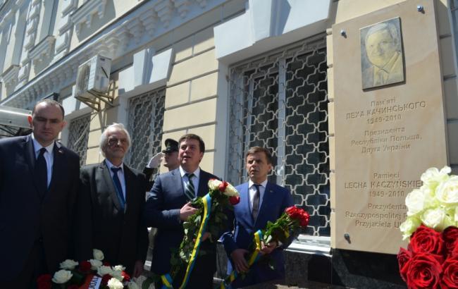 В Житомирі відкрили меморіальну дошку загиблому Леху Качиньському