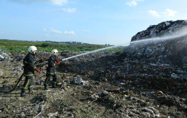 Фото: ліквідація пожежі на звалищі (прес-центр ДСНС)