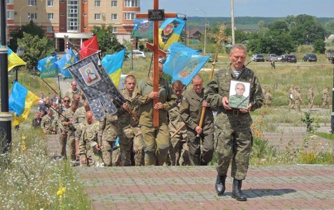 Фото: Люди похоронили бойца АТО (piwnich.info)