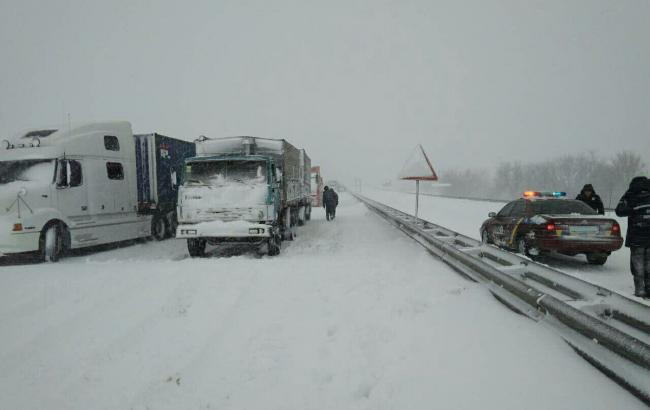 Негода в Україні: ускладнено рух на трасі Одеса-Київ