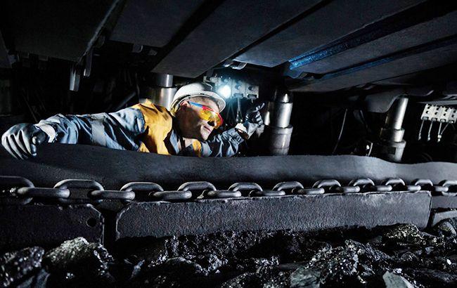 Cотрудники экстренных служб подняли наповерхность одного изпопавших под завалы на«Черкасской» горняков