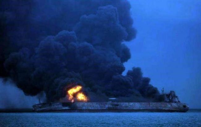 Фото: пожар на иранском танкере (twitter.com/ndtv)