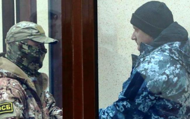 Захоплених українських моряків вивозять з окупованого Криму