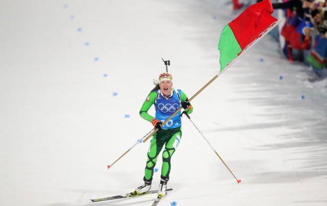 Фото: Домрачева завершила гонку с флагом (twitter.com/Olympics)