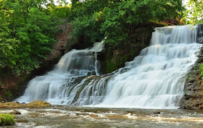 Чудо природы: живописный водопад в украинской глубинке посещают тысячи туристов
