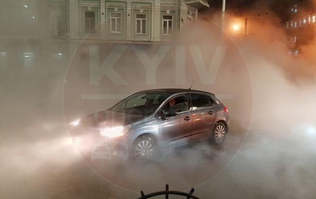 У Києві на Шота Руставелі прорвало трубу з гарячою водою
