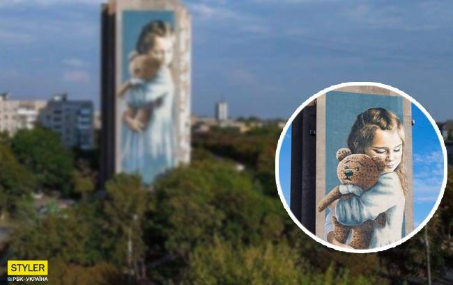 У Маріуполі з'явився мурал, присвячений дитині, постраждалій від обстрілу