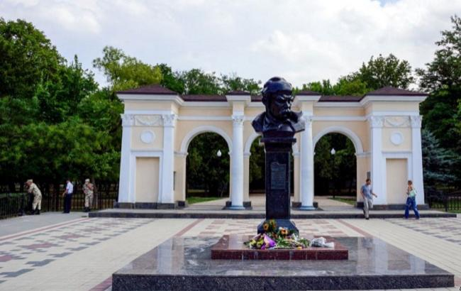 День Незалежності України: в Криму принесли квіти до пам'ятника Кобзареві