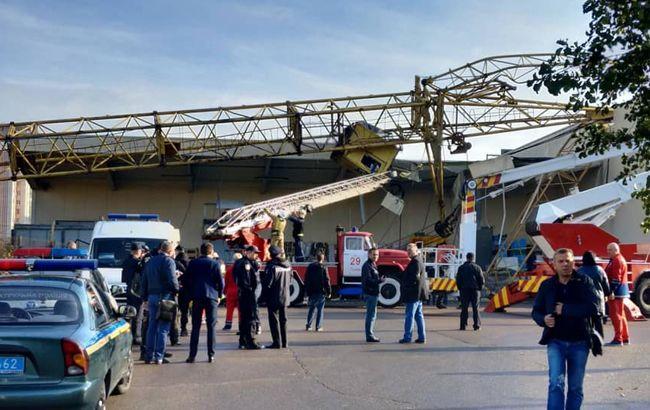 У Львові будівельний кран впав на супермаркет