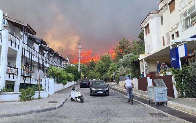 Лесные пожары в Турции снова дошли до Мармариса: туристов эвакуируют