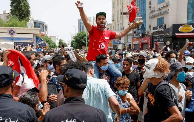 Президент Туниса уволил премьера и заморозил парламент после протестов