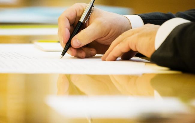 Фото: подписание закона президентом (president.gov.ua)