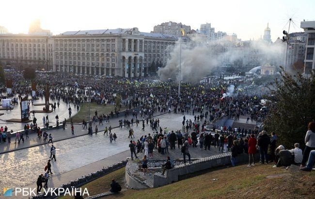 В Киеве участники марша пришли на Майдан и зажгли файеры