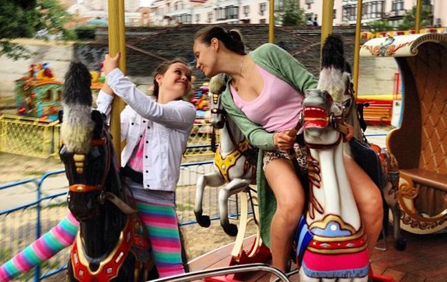 Фото: Евгения Власова с дочерью (instagram.com/eygeniavlasova)
