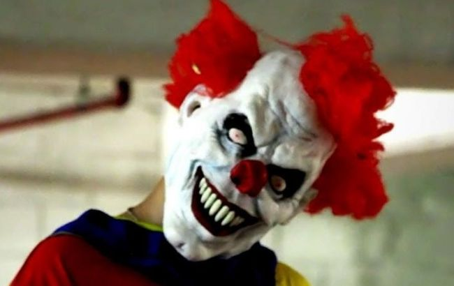 Фото: чоловік у масці клоуна