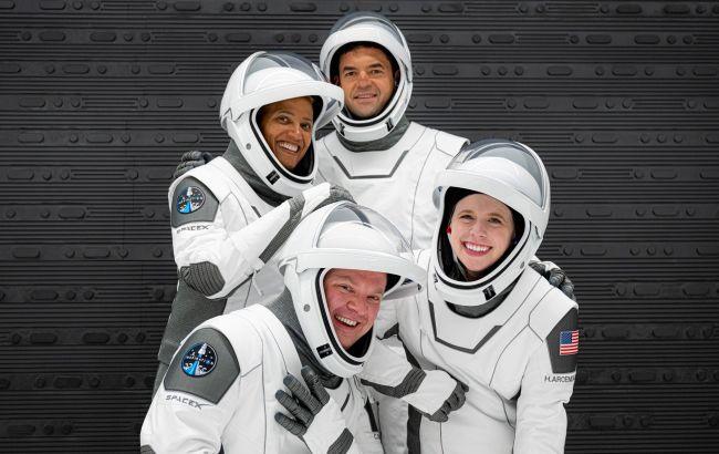Вернутся через три дня. SpaceX отправила на орбиту первый гражданский экипаж
