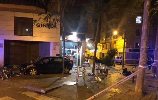 В Іспанії автомобіль в'їхав у терасу бару, є постраждалі