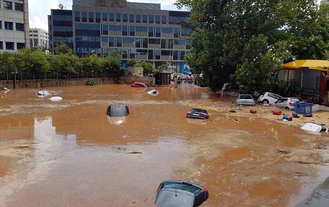 Біля Афін від сильних злив затопило дороги і авто