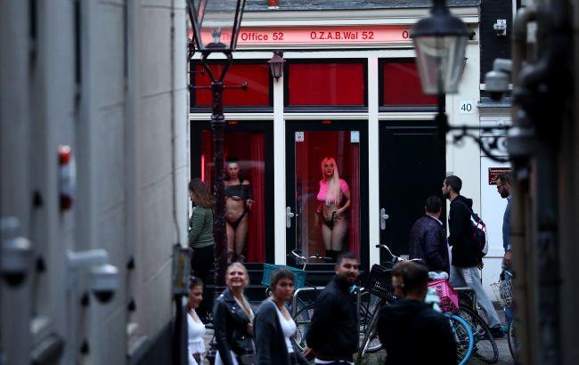 """В Амстердаме решили навсегда закрыть квартал """"красных фонарей"""": что произошло"""