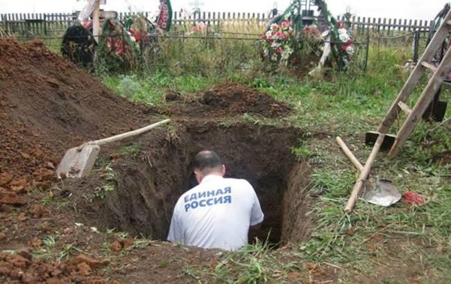 Фото: На Урале должников отправили копать могилы на кладбище (amn.com.ua)