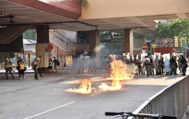 В Гонконге протестующие атаковали магазины