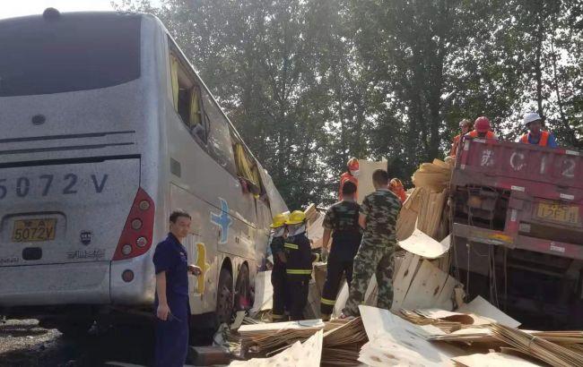 У Китаї в результаті зіткнення автобуса з вантажівкою загинули більше 35 осіб