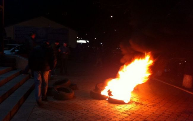 Фото: активісти біля будівлі поліції