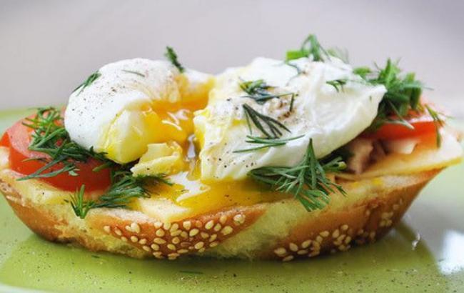 Дієтологи розповіли, який сніданок допоможе уникнути переїдання