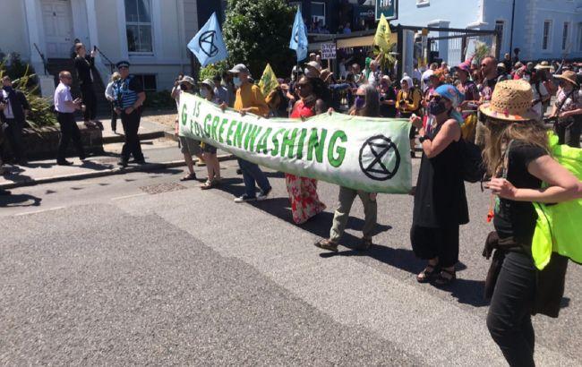 Тысячи протестующих собрались в Корнуолле на акции во время саммита G7