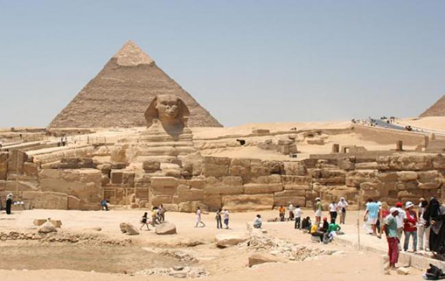 Фото: Туристи біля єгипетських пірамід (tonkosti.ru)