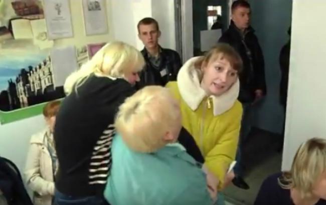 Фото (YouTube-канал/ За конкретні справи): штовханина на ділянці у Хмельницькому